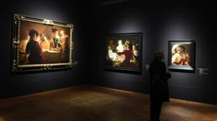 """Una mujer observa unos cuadros de la exposición """"Utrecht, Caravaggio y Europa"""" en el museo Alte Pinakothek en Múnich, Alemania, el 16 de abril de 2019"""