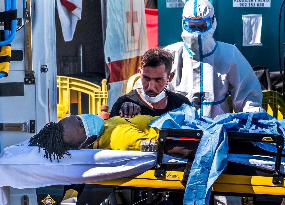 Après une traversée d'une à quinze journées en mer, les migrants sont pris en charge par le personnel de la Croix-Rouge espagnole à Grande Canarie.