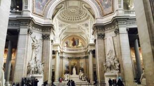 Bên trong Panthéon được trang trí bằng nhiều tác phẩm điêu khắc, chạm trổ và bích họa.