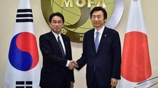 O chefe da diplomacia japonesa  Fumio Kishida (esquerda) e o seu homólogo sul-coreano Yun Byung-Se em Seul, 28 de Dezembro de 2015.