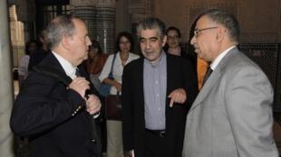 Juan Mendez (G) a rencontré de nombreux responsables d'associations de défense des droits de l'homme : Driss El Yazami (C), président du Conseil marocain des droits de l'homme et Abdelkader Azria (D), membre de la mission d'observation arabe en Syrie.