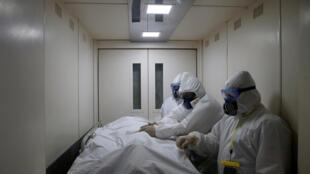 Di chuyển bệnh nhân bị Covid-19 trong một bệnh viện tại Matxcơva, thủ đô Nga. Ảnh tư liệu chụp ngày 28/04/2020.