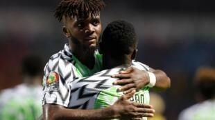Chidozie (na esquerda), defesa da Nigéria.