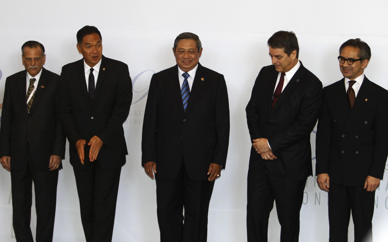 Roberto Azevedo (second en partant de la droite), le directeur de l'OMC, aux côtés du président indonésien Susilo Bambang Yudhoyono (c.), lors d'une photo de groupe avant le lancement de la conférence de l'OMC à Bali.