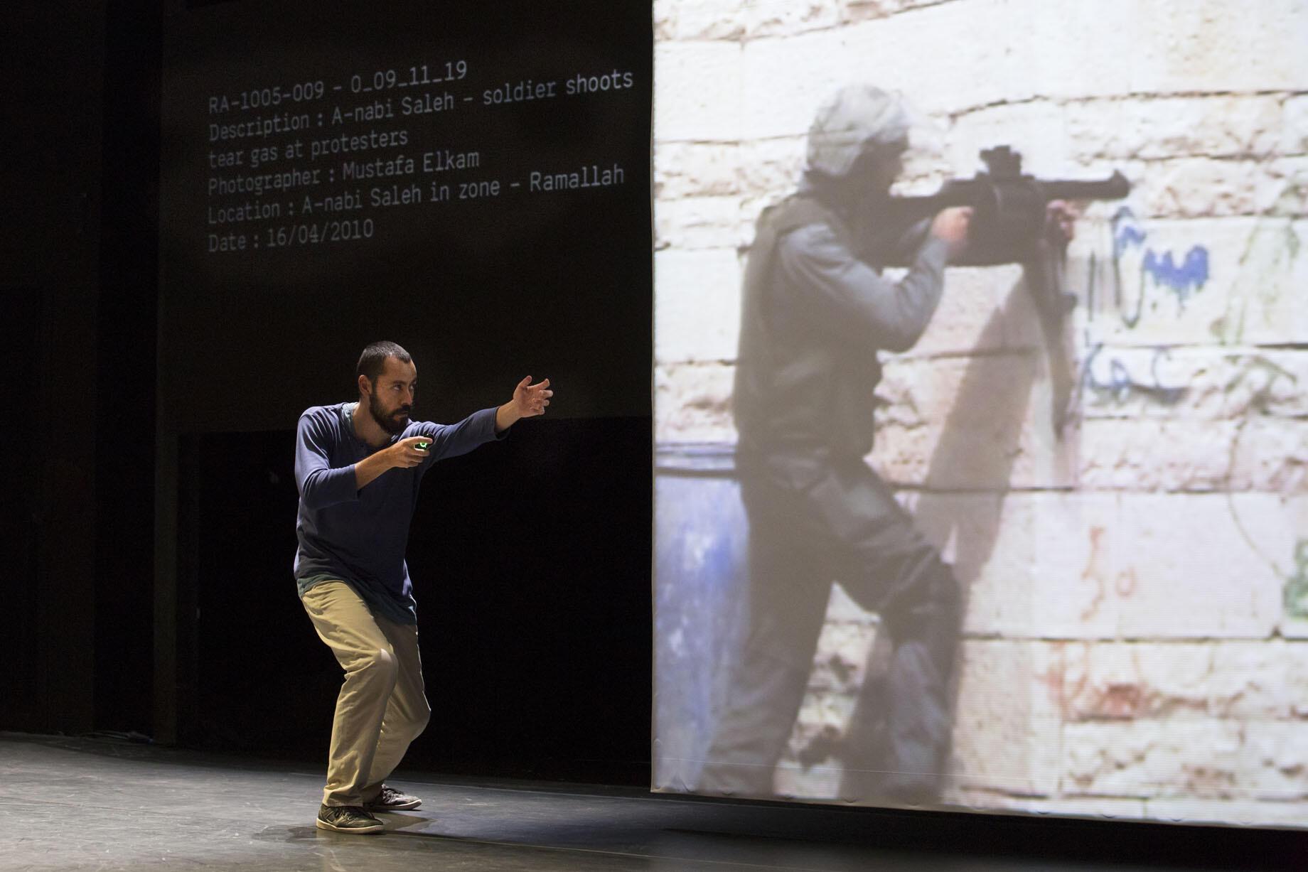 O coreógrafo Arkadi Zaides utiliza vídeos e expressão corporal em seu espetáculo Archives no Festival de Avignon