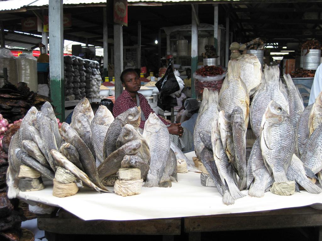 Vente de poisson salé au marché d'Accra, la capitale du Ghana.