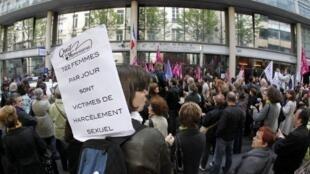 Manifestation le 5 mai 2012 à Paris après l'abrogation de la loi sur le harcèlement sexuel par le Conseil constitutionnel.