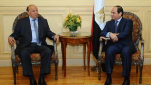 也门总统哈迪(左)与埃及总统塞西将参加沙姆沙伊赫阿盟峰会,2015年3月27日