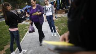 Des volontaires distribuent des prospectus à Jablanica, ville du sud de la Bosnie-Herzégovine.