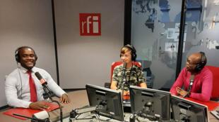 Ahmed Njikam, Julien Weill et Éric Amiens dans le studio RFI.