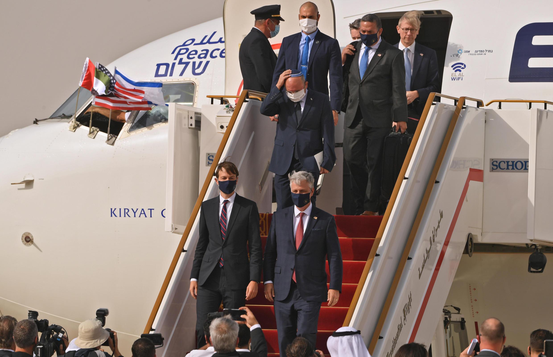 Jared Kushner (centro-izquierda), asesor y yerno del presidente de EEUU, y el asesor de seguridad nacional Robert O'Brien (centro-derecha), parte de la delegación israelo-estadounidense que fue a Emiratos Árabes Unidos (EAU), el 31 de agosto de 2020