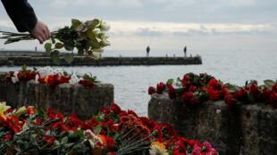 A Sotchi, des personnes déposent des gerbes de fleur en mémoire des personnes tuées dans le crash du Tu-154 qui s'est abîmé dans la mer Noire.