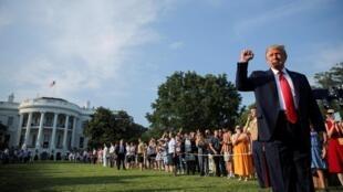 Le président Trump lève son poing, celui de la «victoire», en arrivant à la Maison Blanche, le 4 juillet 2020.