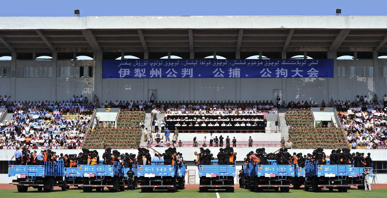 """Một buổi """"đấu tố"""" các bị cáo người Duy Ngô Nhĩ tại một sân vận động ở Tân Cương ngày 27/05/2014."""