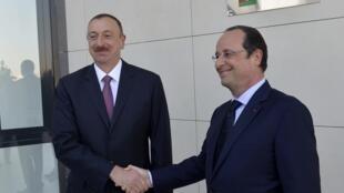 Le président de l'Azerbaïdjan aux côtés de François Hollande, lors de la précente visite du président français à Bakou, le 11 mai 2014.