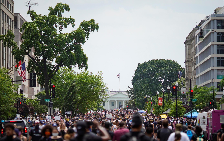Manifestantes nos arredores da Casa Branca, em Washington, cobram o fim do racismo institucionalizado nos Estados Unidos.
