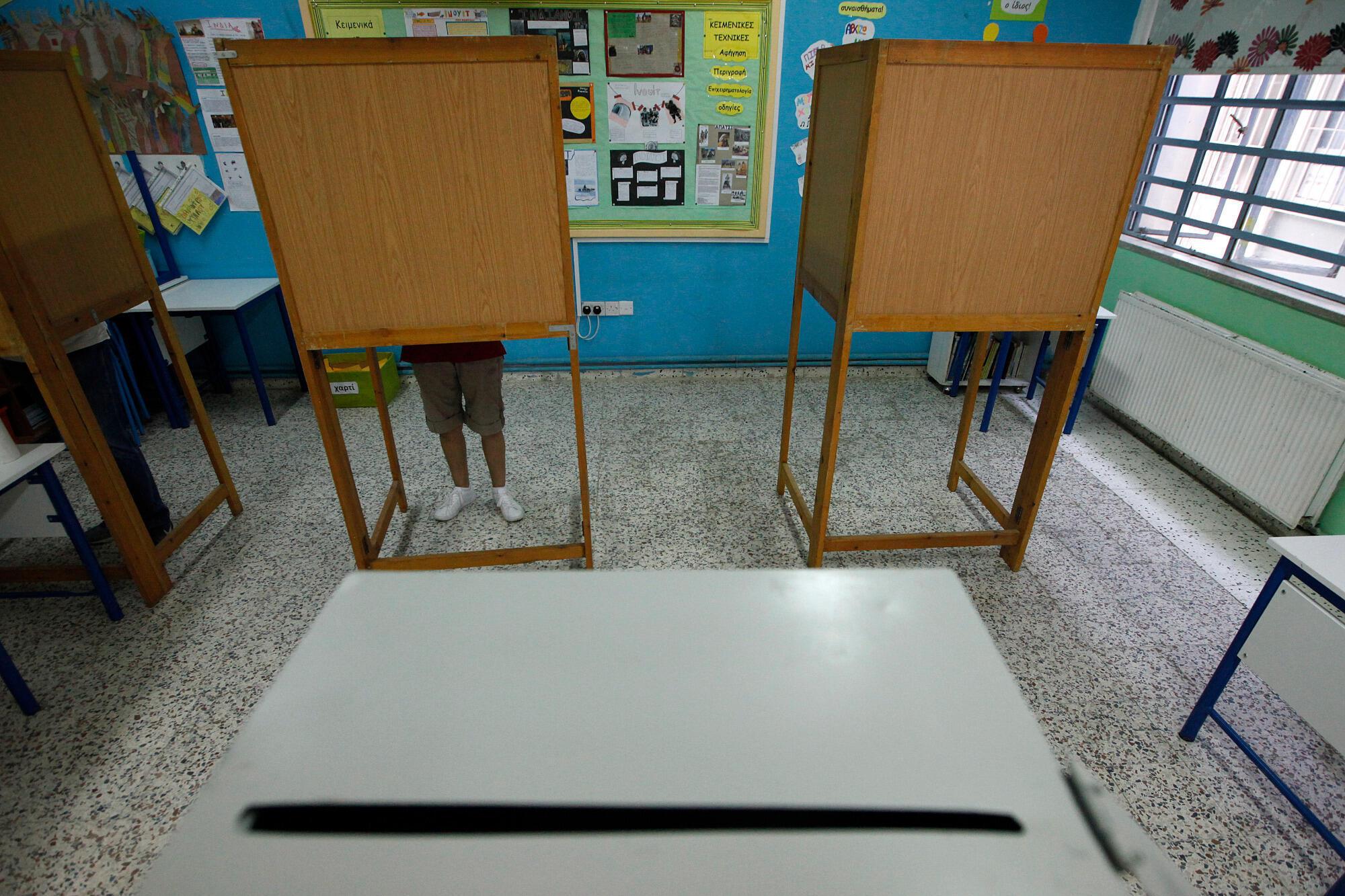 Des votants prépare leur bulletin avant de les déposer dans l'urne à Deftera, une banlieue de la capitale chypriote Nicosie, le 30 mai 2021 (Image d'illustration).