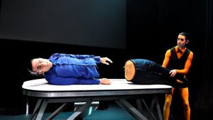 « Full HD », un spectacle drôle autour du transhumanisme des frères jumeaux espagnols Miguel et Luis Javier Cordoba au Festival Off d'Avignon.