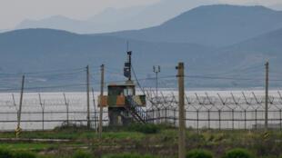 Una foto de vista general muestra un puesto de guardia surcoreano a lo largo de la cerca de alambre de púas de la Zona Desmilitarizada (DMZ) que separa Corea del Norte y Corea del Sur, en la isla surcoreana de Gyodong el 18 de junio de 2020.