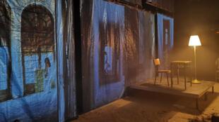 Le décor de «Victoria K, Delphine Seyrig et moi ou la petite chaise jaune», prix RFI Théâtre, joué au CDN de Normandie, à Rouen.