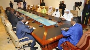 Le président burkinabè Blaise Compaoré (D) en discussion avec la délégation d'Ansar Dine, ce lundi 18 juin 2012 à Ouagadougou.
