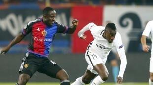 L'Ivoirien Seydou Doumbia (à gauche avec le Français Blaise Matuidi) a signé une belle saison à Bâle en Suisse. Les recruteurs pourraient s'intéresser à lui.