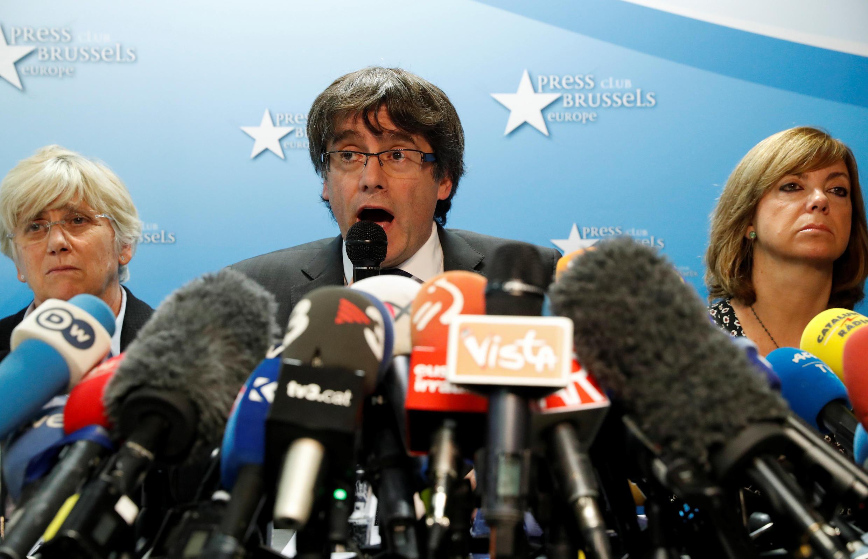 El destituido presidente catalán, Carles Puigdemont, habla con la prensa en Bruselas, Bélgica, el 31 de octubre de 2017.