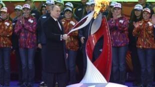 Vladimir Putin allume la flamme Olympique pour les JO 2014 à Sotchi.