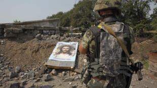 Украинский военный на чек-поинте  в Углегорске (Донецкая область)