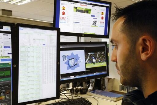 Un employé du service en ligne des paris sportifs «Parions Sport» qui surveille en direct les côtes des équipes  lors de la rencontre :  Italie/Suède, le 17 juin 2016.