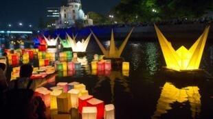 Đèn lồng được thả trên sông Motoyasu tưởng niệm các nạn nhân bom nguyên tử Hiroshima cách đây 70 năm, ngày 06/08/2015.