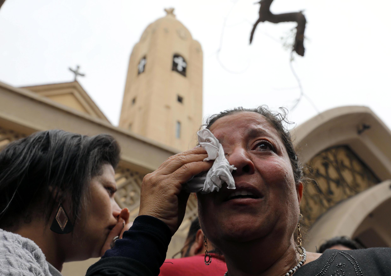 """مسیحیان مصر پس از انفجار در نزدیکی کلیسای """"مارجرجس"""" در شهر طنطا"""