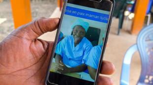 Sur son téléphone le Dr Aboudlaye Koli médecin chef de Gouecké désigne le portrait de « maman Lucie ».