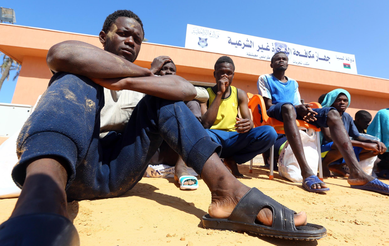 Certains préfèrent prendre le risque de traverser la méditerrannée. Ici des migrants après le nauffrage de leur navire au large de Tripoli (Libye).