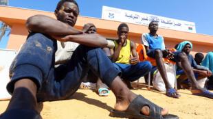 Wahamiaji wamekusanyika katika bandari ya Tripoli (Libya) baada ya meli yao kuzama.
