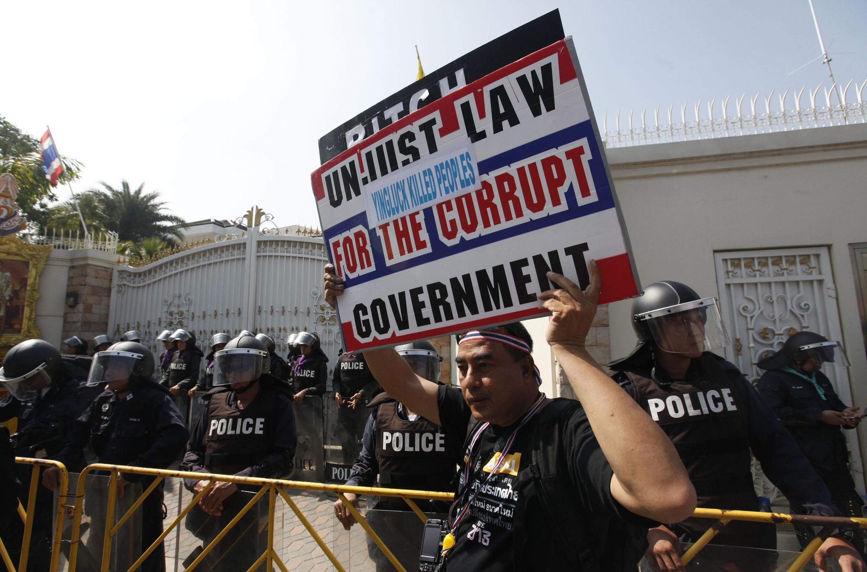 Un manifestant antigouvernemental, devant le domicile du Premier ministre, Yingluck Shinawatra, le 26 décembre à Bangkok.