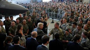 Le président américain Donald Trump et son épouse Melania saluent les forces aériennes américaines de la base de Yokota, au Japon, ce dimanche 5 novembre 2017.
