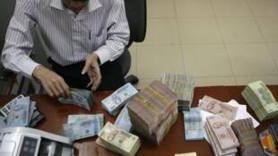 Theo Ngân Hàng Thế Giới ngày 09/06/2001, đồng tiền Việt Nam đang khôi phục uy tín.