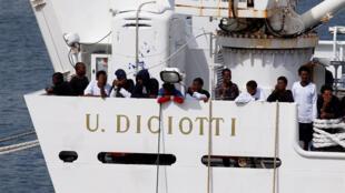 """Migrantes no navio italiano """"Diciotti"""" no porto de Catânia, Itália, 26 de agosto de 2018."""