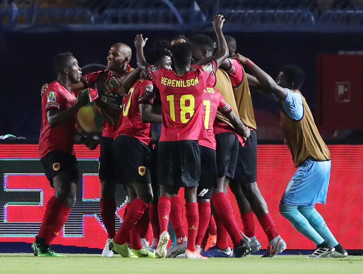 Festejos dos Palancas Negras depois do tento apontado por Djalma frente aos tunisinos (1-1).