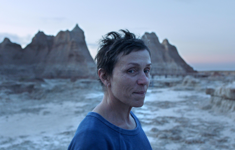 Главным победителем — лучшим фильмом в жанре драмы — стала «Земля кочевников» Хлои Чжао. Фрэнсис Макдорманд в картине «Земля кочевников».