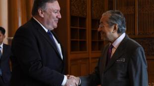 Ngoại trưởng Mỹ Mike Pompeo (T)  và thủ tướng Malaysia Mahathir Mohamad. Ảnh chụp ngày 03/08/2018 tại Putrajaya, Malaysia.
