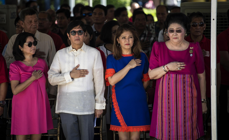 馬科斯兒子前參議員小馬科斯(左2)女兒伊美(右2)遺孀伊梅爾達(右1)2017年9月10日菲律賓北部
