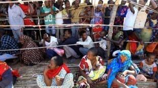 Wasu daga cikin mazauna yankin Tigray da suka tserewa rikici, yayin da suke dakon karbar tallafi a sansanin 'yan gudun hijira na Um-Rakoba dake kan iyakar Sudan da Habasha. 17/12/ 2020.