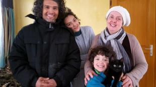Dans la famille Reghioui, les parents s'occupent de faire l'école à la maison