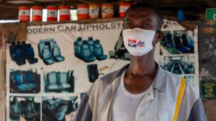 S'il porte un masque en faveur de la candidature de Nana Akufo-Addo (NPP), ce tapissier d'Accra dit regretter la disparition de Jerry Rawlings, fondateur historique du NDC. «C'était un homme honnête et droit.»