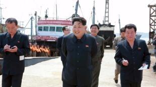 朝鲜官方媒体公布的领导人金正恩2015年5月9号在新浦视察的照片