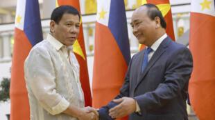 Tổng thống Philippines Rodrigo Duterte (T) bắt tay thủ tướng Việt Nam Nguyễn Xuân Phúc ngày 29/09/2016. Hai bên đã thảo luận về việc phân định ranh giới biển ở Biển Đông.