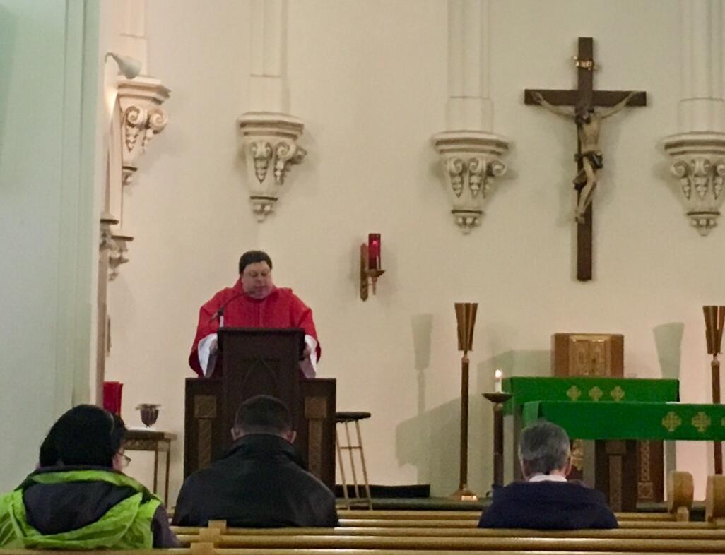 Pendant la messe à l'Eglise Sainte Anne d'Erié