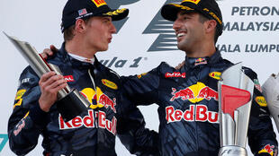 os dois pilotos da Red Bull, Daniel Ricciardo (direita) e Max Verstappen, celebram dobradinha no GP da Malásia.